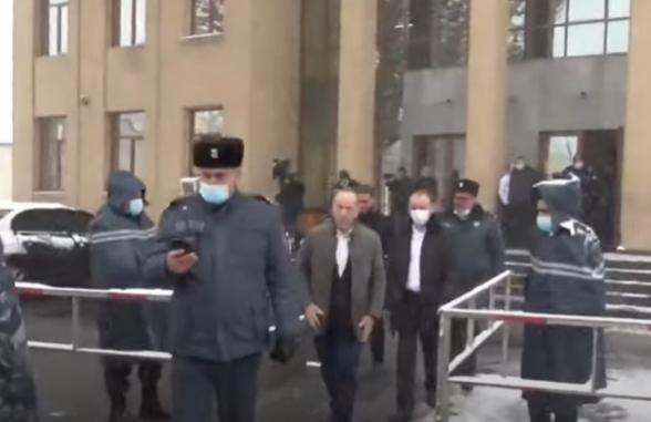 Роберт Кочарян подошел к своим сторонникам: его встретили выкриками «Кочарян – герой!» (видео)