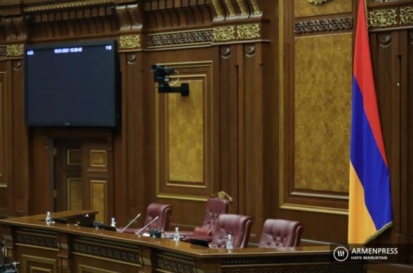 ԱԺ նիստը 20 րոպեով ընդմիջվել է. «Իմ քայլից» որոշ պատգամավորները խցանումների պատճառով չեն հասել խորհրդարան