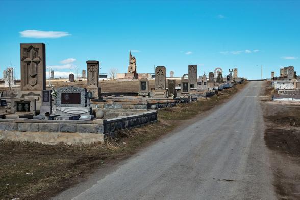 Արմավիրի մարզում «Իմ քայլի» պատգամավորներն ու մարզպետը բնակիչների հետ հանդիպում են կազմակերպել գերեզմանոցում․ «Հրապարակ»