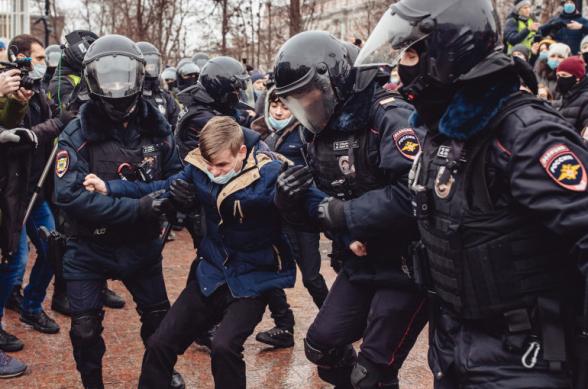 Кремль не собирается вести диалог с молодежью, участвовавшей в «погромах» во время протестов – Песков