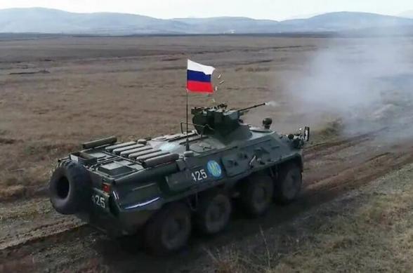 Российские миротворцы в Карабахе отработали вождение БТР на танкодроме