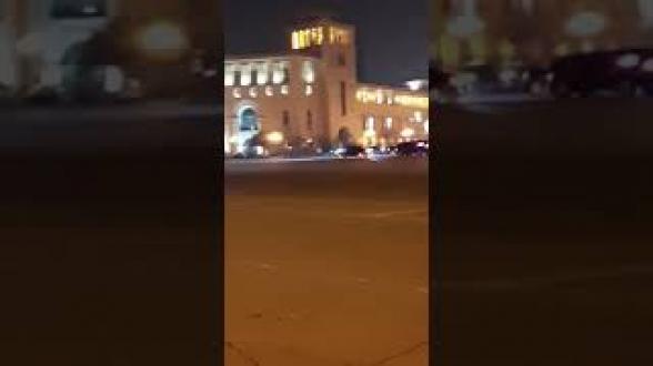 «Предатель, иди сюда»: граждане провожают кортеж Пашиняна