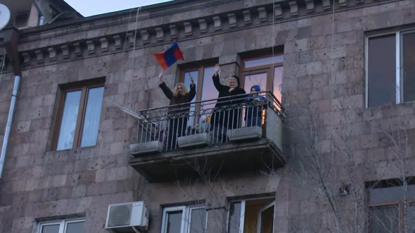 Քաղաքացիները պատշգամբներից ողջունում են քայլերթի մասնակցիներին
