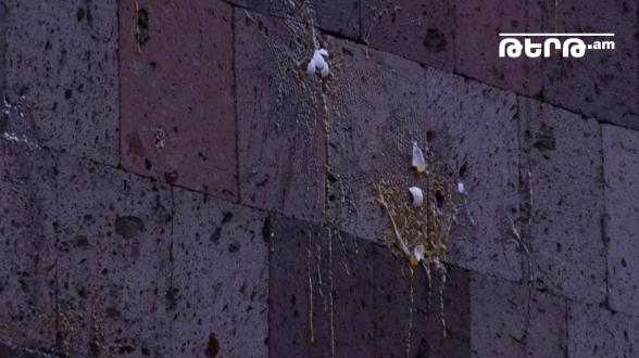 Փաշինյանի հրաժարականը պահանջող երթի մասնակիցները ձվեր նետեցին ՀՔԾ շենքի ուղղությամբ