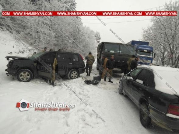 Ճանապարհի մերկասառույցի պատճառով Սյունիքի մարզում բախվել են Nissan XTrail-ն ու Opel Astra-ն. վերջիններս էլ բախվել են KamAZ-ին. կան վիրավորներ