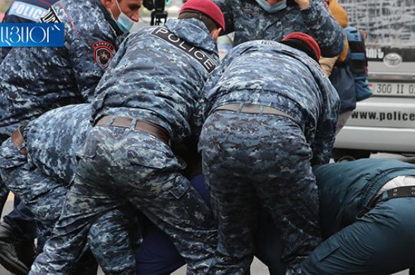 Կառավարության 3-րդ մասնաշենքի մոտ ակցիա իրականացնող 25 քաղաքացի է բերման ենթարկվել ոստիկանության բաժին (տեսանյութ)