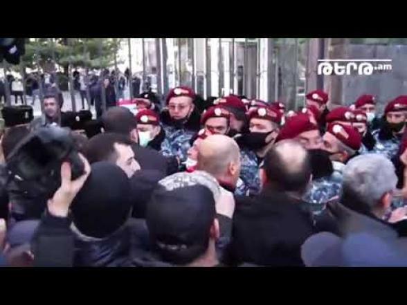 Լարված իրավիճակ՝ ՀՊՏՀ-ի մոտ, ոստիկանները խոչընդոտում էին ակցիայի մասնակիցների մուտքը