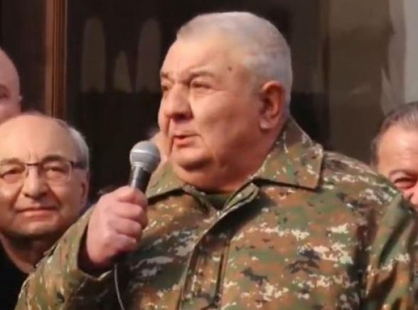Прошла информация, что вооруженные группы хотят арестовать людей в Генштабе: не знаю, что это за идиоты, чтобы пойти туда арестовывать военных – Юрий Хачатуров (видео)