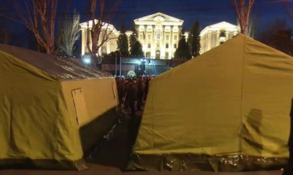 Քաղաքացիները գիշերել են Բաղրամյան պողոտայում․ «Հայրենիքի փրկության շարժումը» հայտարարեց վճռական պայքարի մասին (տեսանյութ)