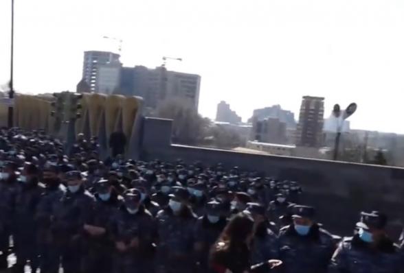 К правительственному особняку Пашиняна стянуты сотни полицейских