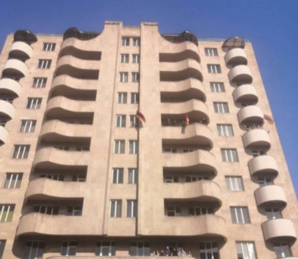 Граждане приветствуют со своих балконов участников шествия с требованием отставки Пашиняна