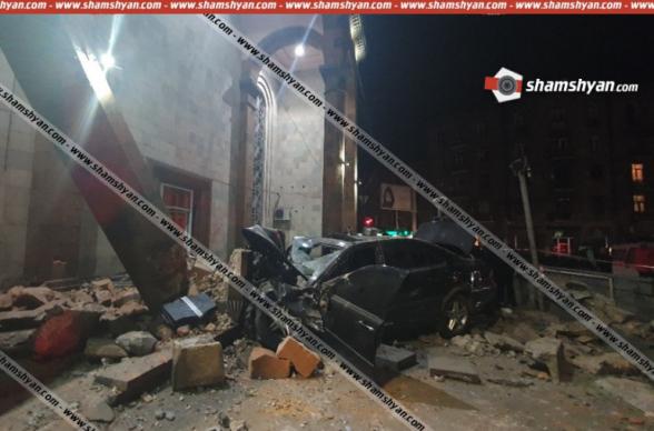Տեսախցիկն արձանագրել է՝ ինչպես է Երևանում 27-ամյա վարորդը Mercedes-ով տապալում «Կինո Հայրենիքի» տուֆե քարե հսկայական հենասյուներից մեկը