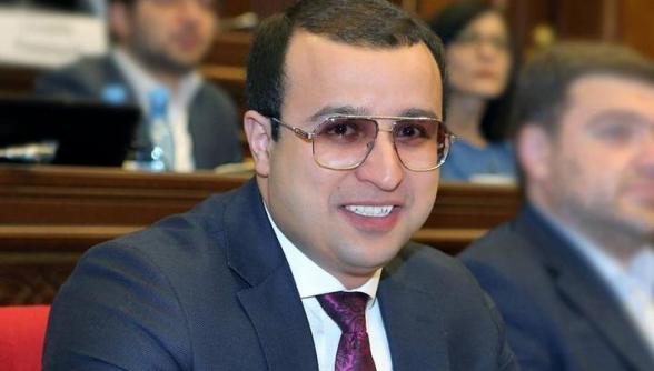 Депутат Айк Саргсян собрал родственников пропавших без вести военнослужащих и пытается обманом отправить их на проспект Баграмяна