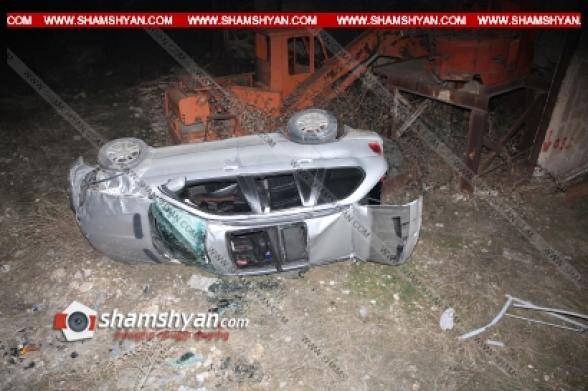 Երևանում 42-ամյա վարորդը BMW-X5-ով Աշտարակի խճուղում բախվել է երկաթե ցանկապատերին, կոտրել դրանք և բարձրությունից ընկել ու կողաշրջվել է