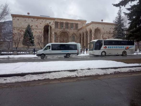 Տեսանյութ.Վանաձորից ավտոբուսներով մարդկանց են բերում Երևան՝ միտինգի