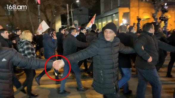 Բացի ոստիկանությունից, Փաշինյանին հսկում էին նաև մի քանի շարք քաղաքացիական հագուստներով ծառայողներ (տեսանյութ)
