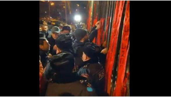 ՀՅԴ ՀԵՄ անդամներն Ազգային ժողովի դարպասներից կարմիր ժապավեններ են կախել (տեսանյութ)