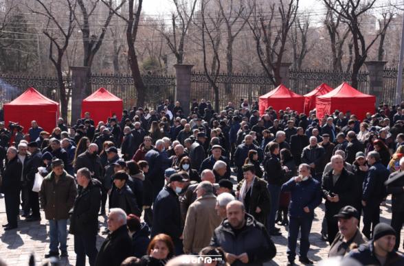 Граждане продолжают держать перекрытыми проспект Баграмяна и улицу Демирчяна (видео)