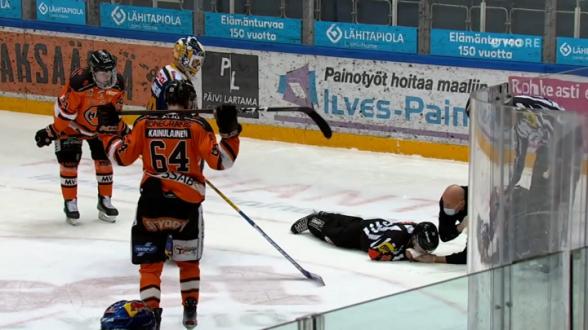 Хоккеист лишил арбитра семи зубов во время матча (видео)