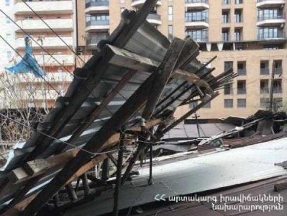 Քամու հետևանքով վնասվել են շենքի թիթեղներ, ծառեր, գովազդային վահանակներ