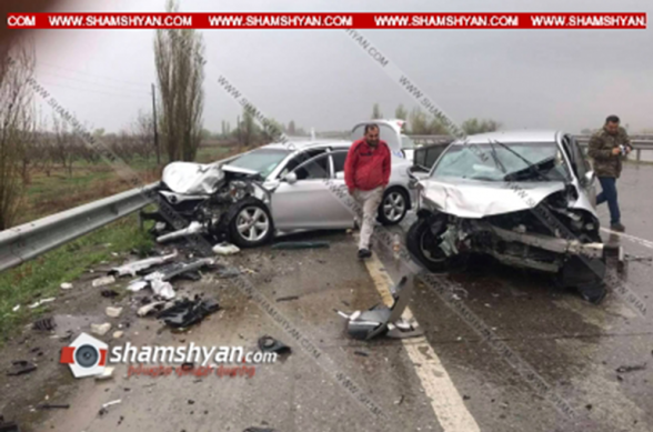 Արարատի մարզում Nissan Tida-ն բախվել է երկաթե արգելապատնեշներին, կոտրել դրանք, հայտնվել հանդիպակաց գոտում և ճակատ-ճակատի բախվել Toyota Camry-ին. կան վիրավորներ