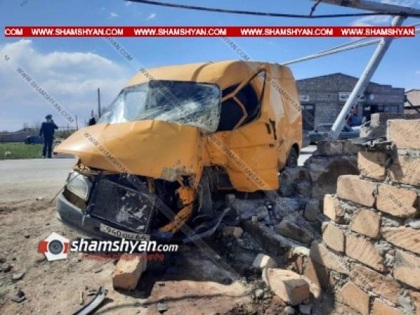 Արարատի մարզում 22-ամյա վարորդը Ford Transit-ով բախվել է շինության պատին, այնուհետև գազատար խողովակի հենասյանը, վարորդը հիվանդանոցի ճանապարհին մահացել է