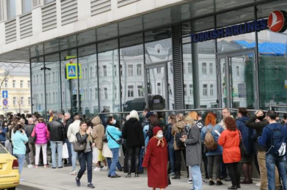 Մոսկվայում հարյուրավոր մարդիկ հերթ են կանգնել Turkish Airlines ավիաընկերության գրասենյակի մոտ՝ փորձելով փոխել իրենց տոմսերը (տեսանյութ)