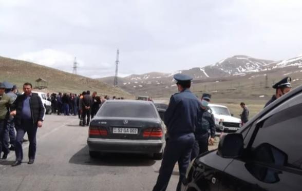 Работники Соткского золотого рудника перекрыли ведущие к прииску дорогу и ж/д ветку (видео)