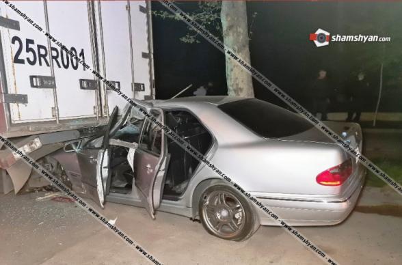 Երևանում բախվել են Subaru-ն ու Mercedes-ը. վերջինս մխրճվել է կայանված Daf բեռնատարի մեջ. կան վիրավորներ