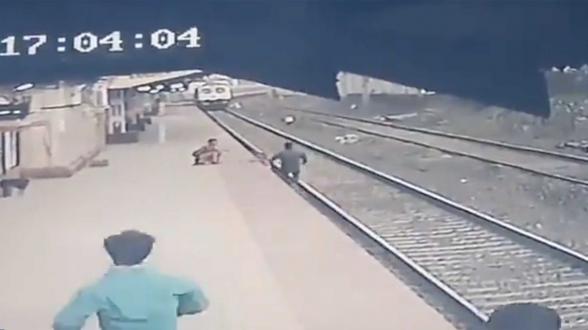 Հնդկաստանում երկաթուղու աշխատողը փրկել է գնացքի մոտենալուց վայրկյաններ առաջ ռելսերի վրա ընկած երեխային