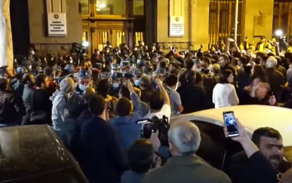 Акция протеста у здания Генпрокуратуры: между полицейскими и гражданами произошла потасовка (прямой эфир)
