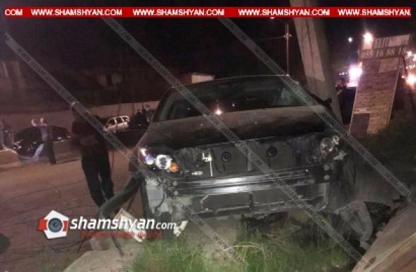 Արմավիրի մարզում 25-ամյա վարորդը Toyota-ով վրաերթի է ենթարկել 2 հետիոտնի, այնուհետև կոտրել բետոնե էլեկտրասյունն ու երկաթե տաղավարը. կան վիրավորներ