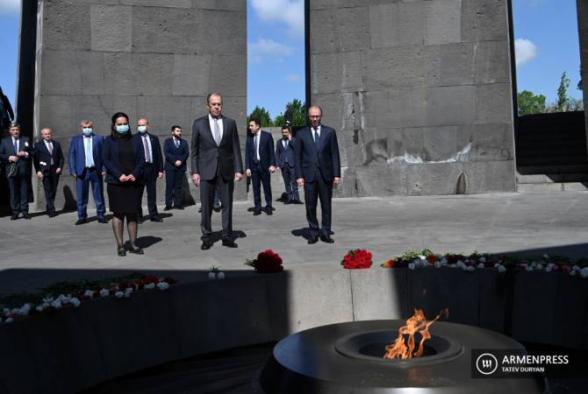 Лавров почтил в Цицернакаберде память жертв Геноцида армян