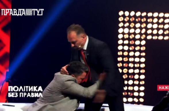 Депутата от правящей партии Украины избили в прямом эфире (видео)
