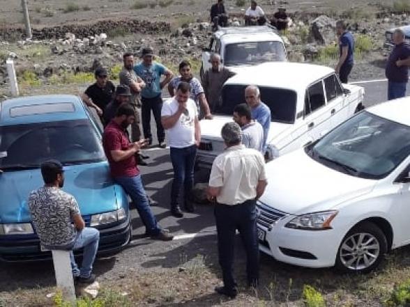 Жители села Артени Арагацотнского марза перекрыли дорогу Гюмри-Ереван