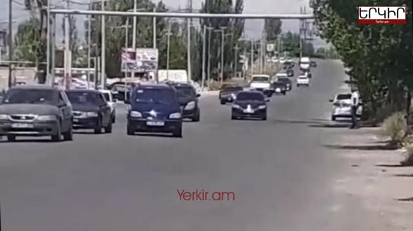 Ինչպե՞ս է Նիկոլը մարդ հավաքում. 3 րոպեում շուրջ 100 մեքենա՝ Երևանից Կոտայք (տեսանյութ)