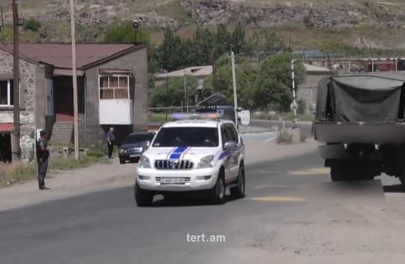 Ոստիկանները կանգնեցնում են ՊՆ մեքենաները՝ Փաշինյանի շարասյան ճանապարհը բացելու համար (տեսանյութ)