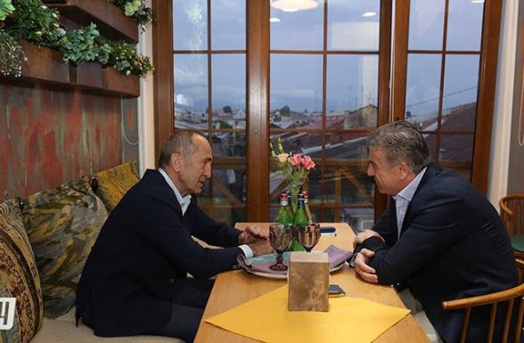 Роберт Кочарян встретился в Гюмри с Кареном Карапетяном (фото)