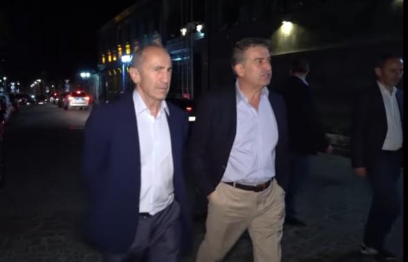 Роберт Кочарян и Карен Карапетян прогулялись по Гюмри (видео)