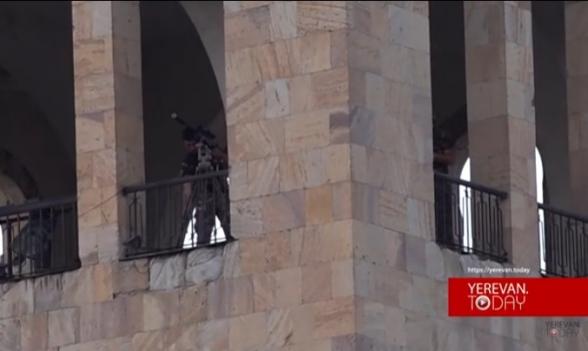 Բազմաթիվ ոստիկաններ, դիպուկահարներ, պաստառներ ու քիչ թվով մարդիկ՝ Փաշինյանի հանրահավաքին