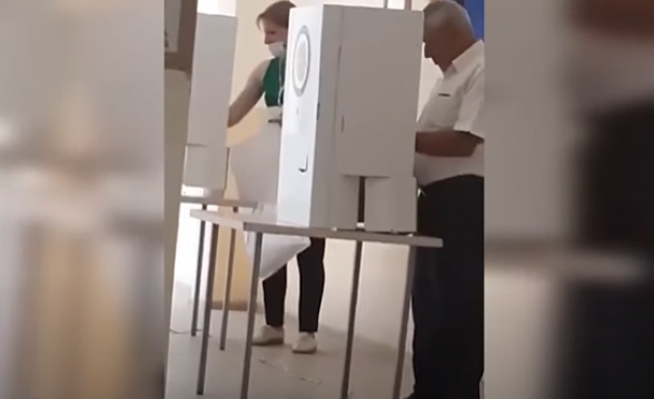 Հայթաղ համայնքի 15/39 ընտրատեղամասի ՔՊ-ական հանձնաժողովի նախագահը մտնում է քվեախուց և ստուգում
