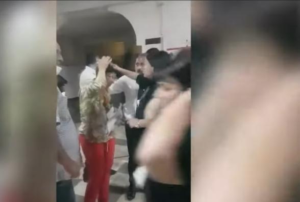 6/18 տեղամասում ՔՈ ԳՄ անդամ Սուրեն Սահակյանն աթոռով խփել է վստահված անձի գլխին (տեսանյութ)