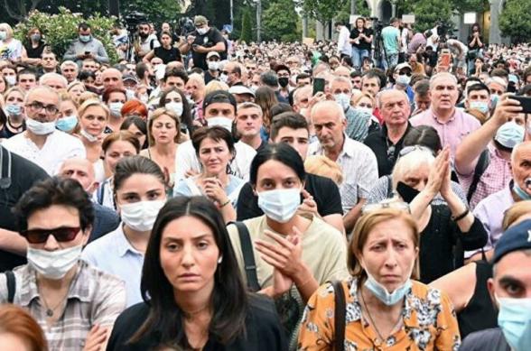 ՈՒղիղ. լարված է իրավիճակը Վրաստանում.Զանգվածային ծեծկռտուք Վրաստանի խորհրդարանում լրագրողների եւ պատգամավորների միջեւ