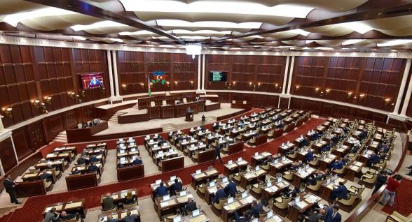 В Азербайджане депутат устроил дебош и избил полицейского: парламент созывает заседание