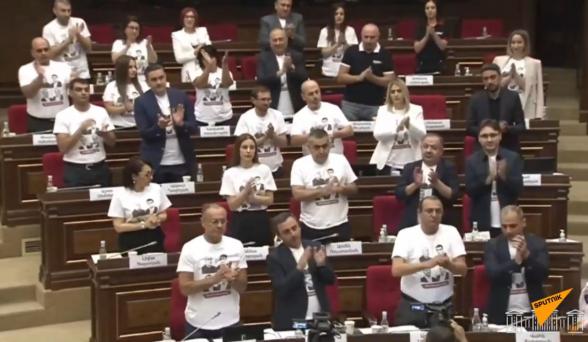 Политический флешмоб в парламенте в поддержку арестованных депутатов от блока «Армения» (видео)