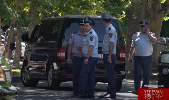 Ոստիկաններ, կարմիր բերետներ, թիկնապահներ, չդատարկված աղբամաններ․ Փաշինյանը գնում էր նախարարություն (տեսանյութ)