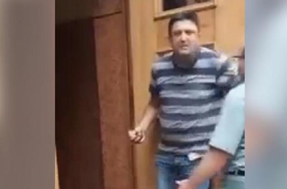 Ուկրաինայում անհայտ տղամարդը ներխուժել է կառավարական շենք և սպառնում է պայթեցնել այն (տեսանյութ)