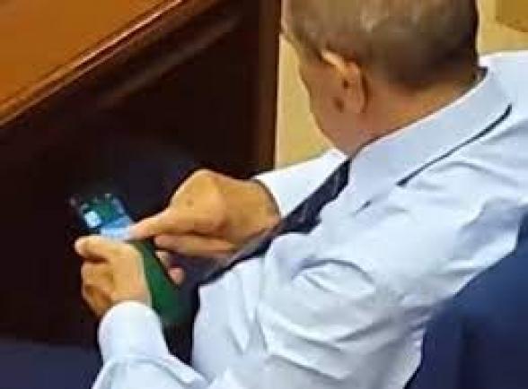 ԱԺ նիստի ժամանակ ՔՊ-ական պատգամավոր Գագիկ Մելքոնյանը հեռախոսով խաղ էր խաղում
