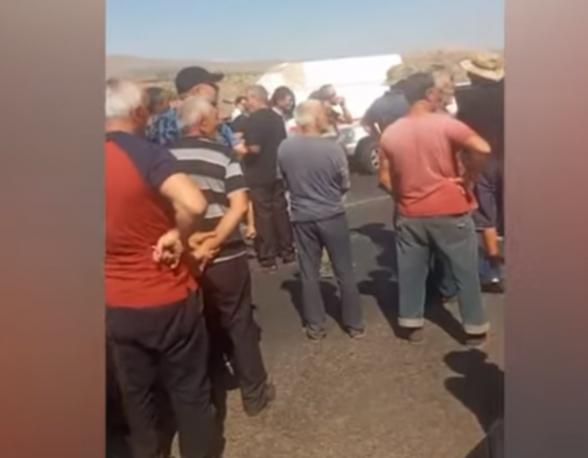 Ուջանի խաղողագործները փակել են Երևան-Աշտարակ մայրուղին (տեսանյութ)