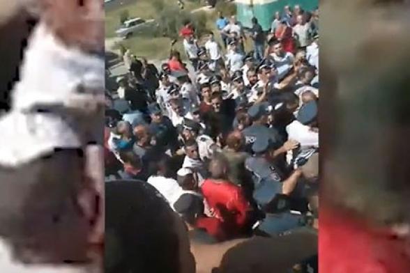 Տափերականում ոստիկաններն ուժով բացել են գյուղացիների փակած ճանապարհը․ բողոքի ակցիայի պատճառը խաղողի մթերումն է